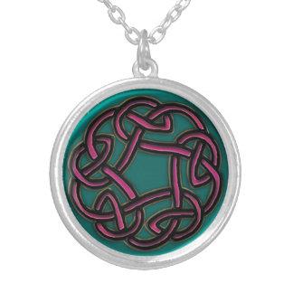 ルビーおよびターコイズの金属のケルト結び目模様のネックレス シルバープレートネックレス