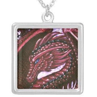 ルビー色のドラゴンの正方形のネックレス シルバープレートネックレス