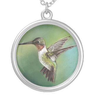 ルビー色のThroatedぶんぶんいう鳥の芸術のネックレス シルバープレートネックレス