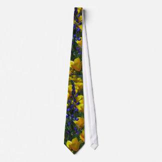 ルピナス属及びケシの野生の花の芸術のタイ ネクタイ