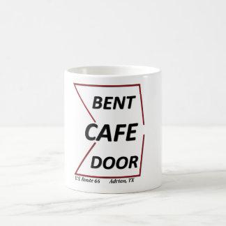 ルート66エイドリアンテキサス州はドアのカフェの独身のな印を曲げました コーヒーマグカップ