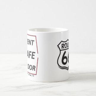 ルート66エイドリアンテキサス州は盾が付いているドアのカフェを曲げました コーヒーマグカップ