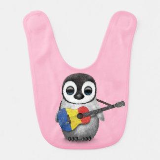 ルーマニアの旗のギターのピンクを遊んでいるベビーのペンギン ベビービブ