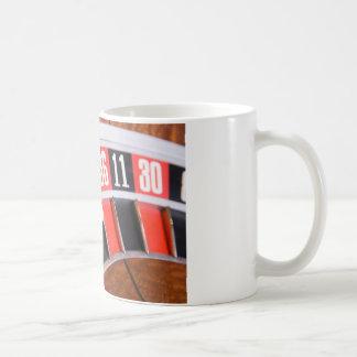 ルーレット盤のクローズアップ コーヒーマグカップ