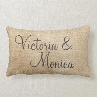 レズビアンのバーラップのヴィンテージは結婚式の名前を個人化します ランバークッション
