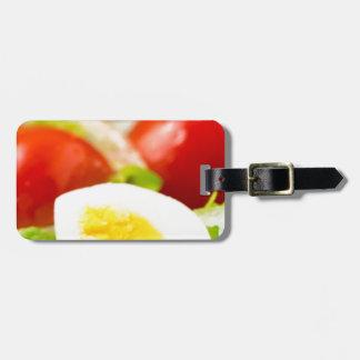 レタス、タマネギが付いているプレートの沸かされた卵 ラゲッジタグ