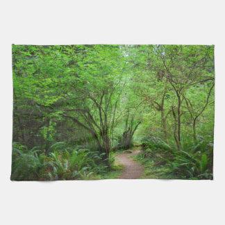 レッドウッドの森林の道 キッチンタオル