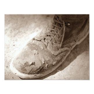 レトロのセピア色の擦り切れたな仕事のブーツの退職の招待状 カード