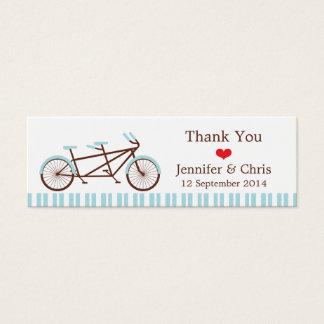 レトロのタンデム自転車の青及び白くストライプのな結婚式 スキニー名刺