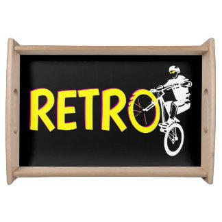 レトロのマウンテンバイクのライダー トレー
