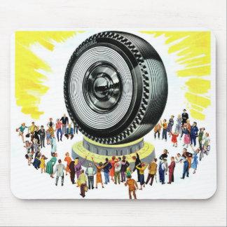 レトロのヴィンテージの低俗な広告の巨大なタイヤの崇拝 マウスパッド