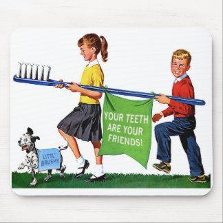 レトロのヴィンテージの低俗な歯科医は巨大な歯ブラシをからかいます マウスパッド