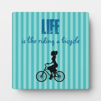 レトロの女の子のサイクリスト-生命は自転車の乗車のようです フォトプラーク