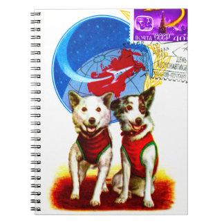 レトロの宇宙時代(犬の宇宙飛行士CCCPのデザイン) ノートブック