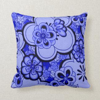 レトロの花の抽象的なサファイアの青の装飾用クッション クッション