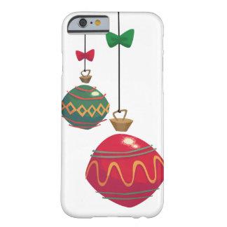 レトロの赤いおよび緑のクリスマスオーナメント BARELY THERE iPhone 6 ケース