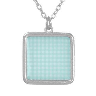 レトロの青いギンガムチェック模様のパターン背景 シルバープレートネックレス