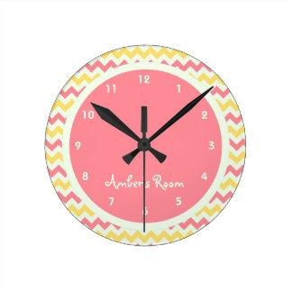 レモネードのシェブロンのピンクの名前入りな子供の寝室 ラウンド壁時計