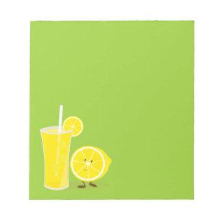 レモネードの隣に立つレモンキャラクター ノートパッド