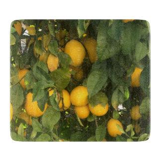 レモンを持つまな板 カッティングボード