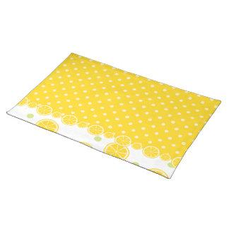 レモン切れおよび黄色い水玉模様 ランチョンマット
