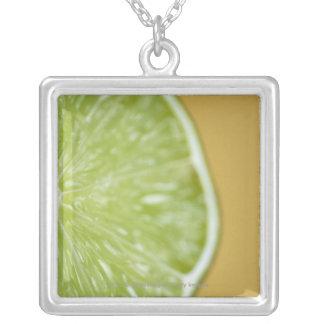 レモン切れのクローズアップ シルバープレートネックレス