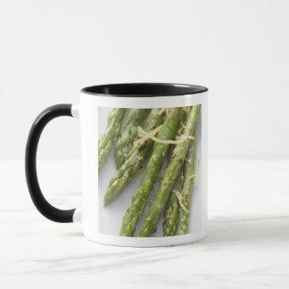 レモン熱心の焼かれた緑のアスパラガス、 マグカップ