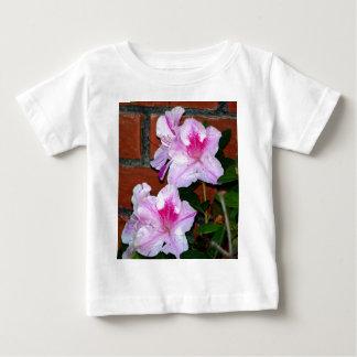 レンガ壁によって咲いているツツジ ベビーTシャツ