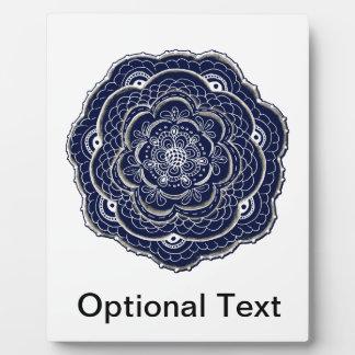 レースのようなかぎ針編みの一見のDoilyの手描きの花の落書き フォトプラーク