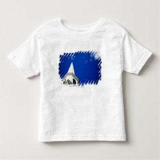ロイヤルブルーの空が付いているニューイングランド教会尖塔 トドラーTシャツ