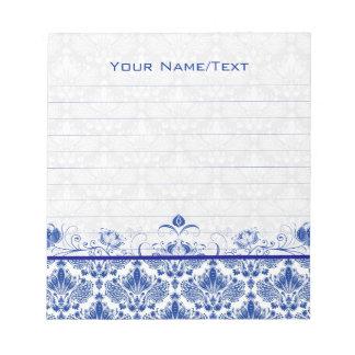 ロイヤルブルー及び白のヴィンテージの花柄の渦巻及びダマスク織 ノートパッド