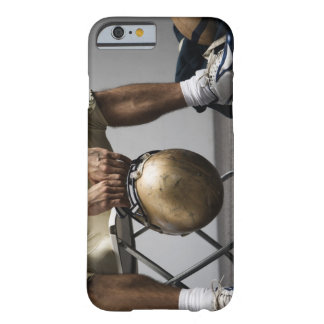 ロッカー室に坐っているフットボール選手 BARELY THERE iPhone 6 ケース