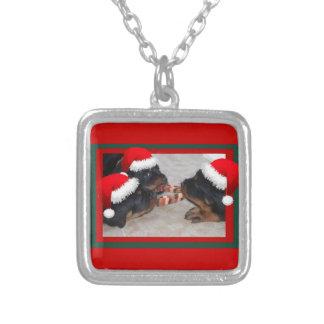ロットワイラーのクリスマス: 嬉しい与えることの時間 シルバープレートネックレス