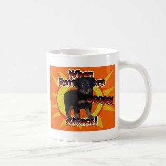 ロットワイラーの子犬がうなり声のマグを攻撃する時 コーヒーマグカップ