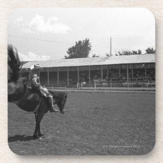 ロデオのカウボーイの乗馬馬、(B&W) コースター