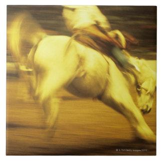 ロデオ、側面図のカウボーイの乗馬の強く反対するブロンコ タイル
