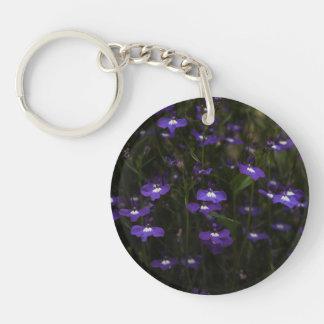 ロベリア、暗い背景が付いている紫色の花 キーホルダー