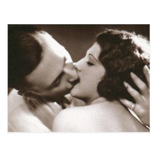 ロマンチックでキスをするなカップルの郵便はがき ポストカード