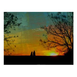 ロマンチックで平和な日没のカップルの絵画 ポストカード