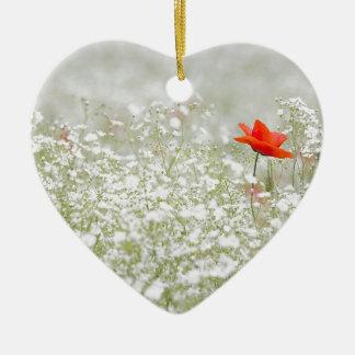 ロマンチックなケシの花の赤く白い草原 陶器製ハート型オーナメント