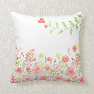 ロマンチックなバラ園の枕は白を緩和します クッション