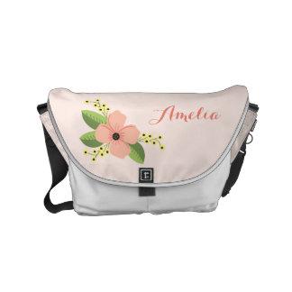 ロマンチックなピンクの熱帯花の花柄 クーリエバッグ