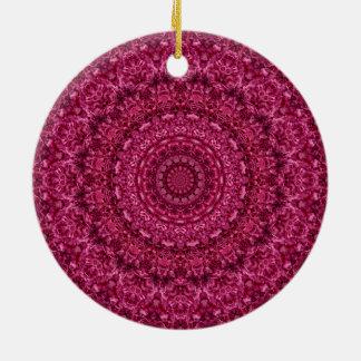 ロマンチックなマゼンタの花の曼荼羅の芸術の万華鏡のように千変万化するパターン 陶器製丸型オーナメント