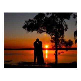 ロマンチックな日没のキス ポストカード