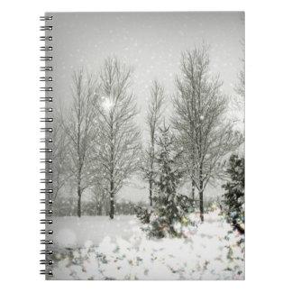 ロマンチックな森林クリスマスツリーの冬の結婚式 ノートブック