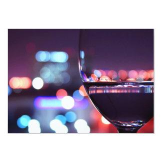ロマンチックな設定の抽象的なワイングラス カード