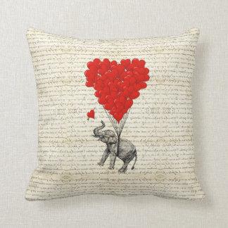 ロマンチックな象及びハートの気球 クッション