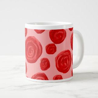 ロマンチックな赤いバラパターン。 ピンク ジャンボコーヒーマグカップ