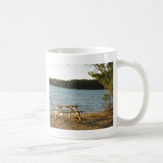ロングアイランドのビーチのベンチ コーヒーマグカップ