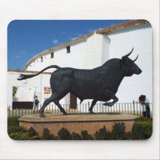 ロンダ、スペインの雄牛の彫像 マウスパッド